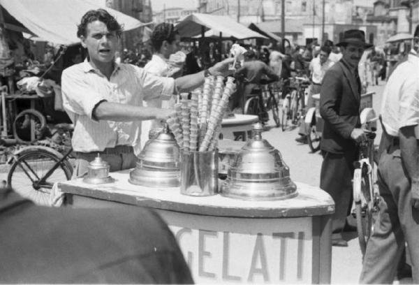 Patellani, Federico: Milano. Gelatai con il carretto vendono i coni al mercato - sullo sfondo gente a piedi e in bicicletta, 1946