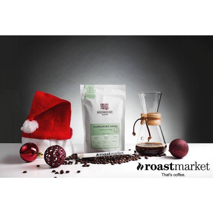Adventskalender 2017: TAG 23  Morgen kommt das Christkind und heute schon bringt der Weihnachtsmann von @roast_market dem Online-Shop für Kaffee Espresso und Zubehör die Bescherung zu euch nach Hause!  https://www.roastmarket.de/ . Das Genusspaket besteht aus: - einer hochwertigen Kaffeekaraffe (für bis zu 3 Tassen) von @the_chemex aus Glas - 250g Hamburger Hafen Kaffeemischung (100% Arabica) von @speicherstadt_kaffee - einer Roast Market Kaffeeklammer . Gefällt dir der Gewinn? Dann sichere…