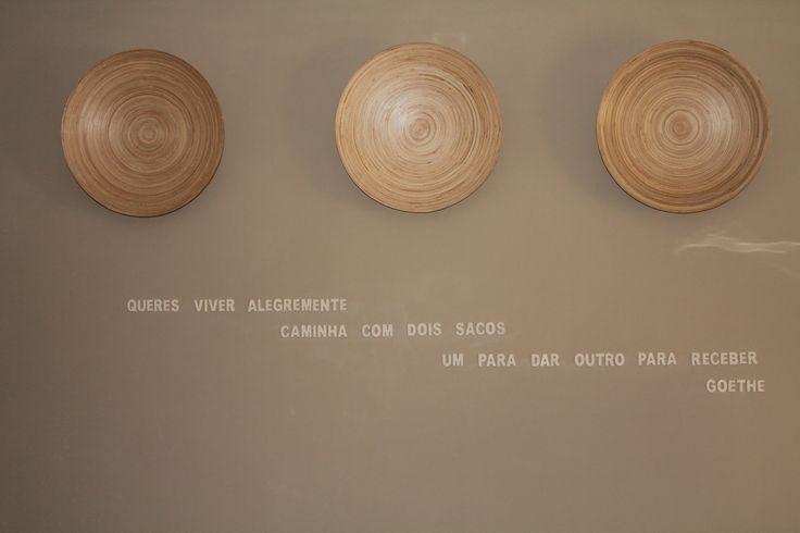 Decorar paredes com frases. http://omelhorvemaseguir.blogspot.pt/2013/02/decorar-paredes-da-sala.html