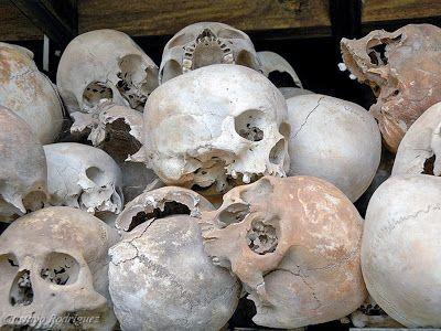 http://www.vietnamitasenmadrid.com/camboya/phnom-penh-que-ver-que-hacer.html Craneos humanos en los campos de exterminio (Choeung Ek, Camboya)