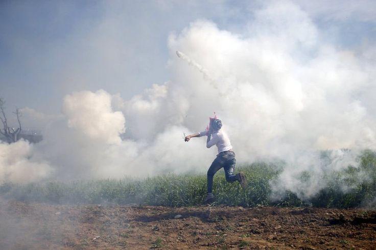 R8.  La policía ataca a refugiados en Idomeni con gas lacrimógeno durante una protesta.  #CA0911 #RetoVisual0911