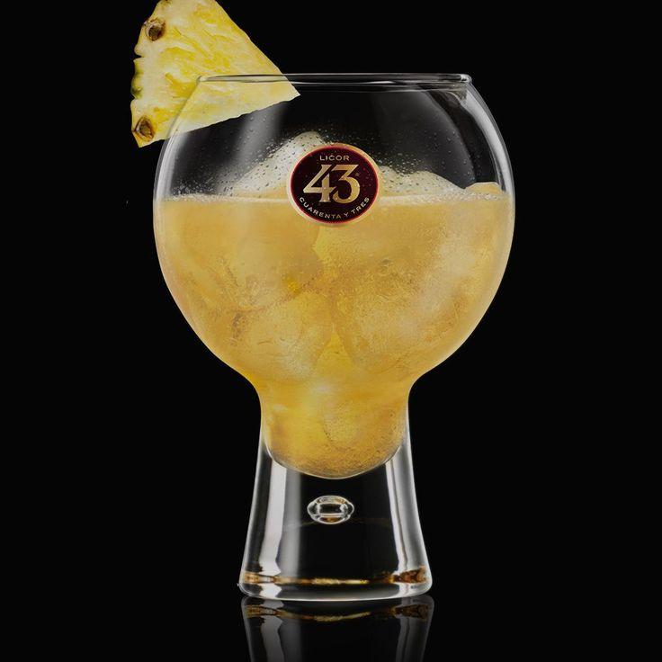 Ananas 43 is een tropische, fruitige cocktail met ananassap, waarbij je wegdroomt naar exotische oorden. Probeer ook de smoothie variant met geblende ananas.