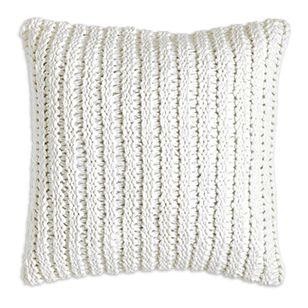 Den stickade trenden är hetare än någonsin vilket även syns på inredningsdetaljer. Detta vita kuddfodral adderar en stilsäker och mjuk struktur till din soffa, fåtölj eller säng.