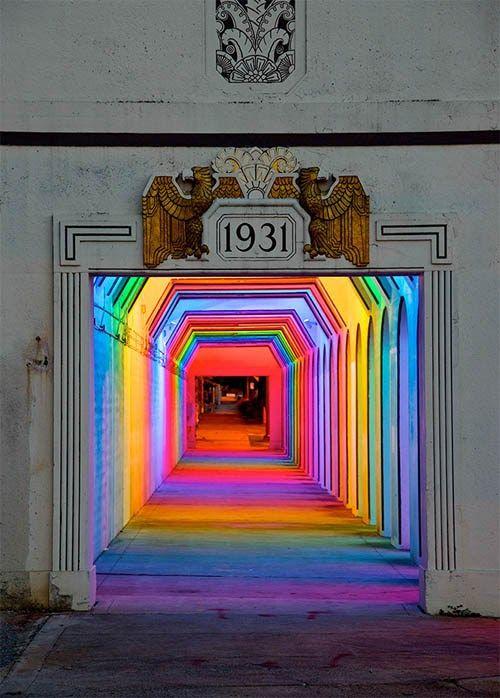 """坂井直樹の""""デザインの深読み"""": 潜在的に危険な領域になっていた暗いトンネルを、アーティスティックな照明で解決策を図ろうと立ち上がったアラバマ州バーミンガムのアールデコ調鉄道地下道"""