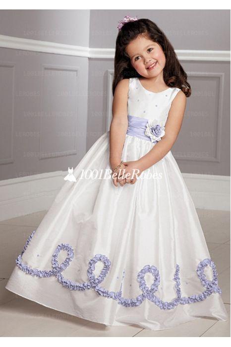 robe de demoiselle d'honneur enfant très adorable avec ruban et décoration lilas