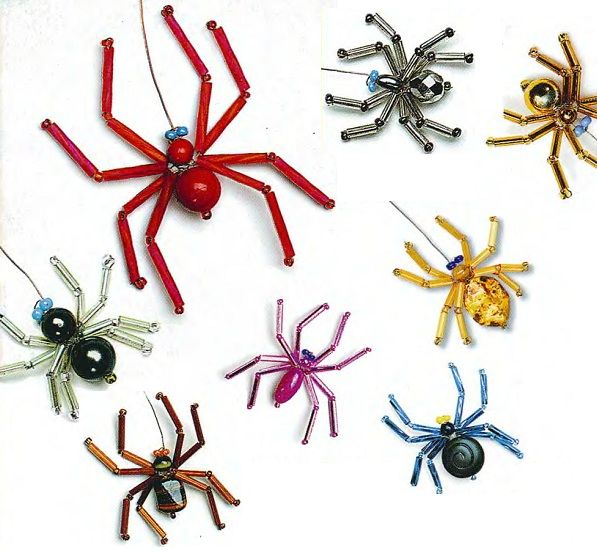 много пауков из бусин и стекляруса