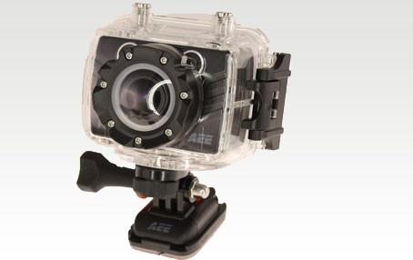 AEE Magic Cam är en mycket avancerad kompakt sportkamera med 1080P full HD upplösning. Den är vattentät ner till 60 meter, filmar med 175 º vidvinkel och tar 8 megapixel stillbilder med justerbar hastighet per sekund. Olika fästen för utomhusaktiviteter som cykling, skidor, skridskor, kajakpaddling ingår som tillbehör liksom fjärrkontroll för styrning av inspelning, stopp, foto snap och laser indikator. http://www.smartasaker.se/sportkamera-aee-magic-sd-19-hd.html