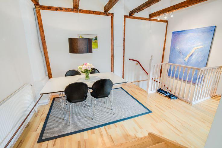 Möblerbar hall där man kommer in via trappan