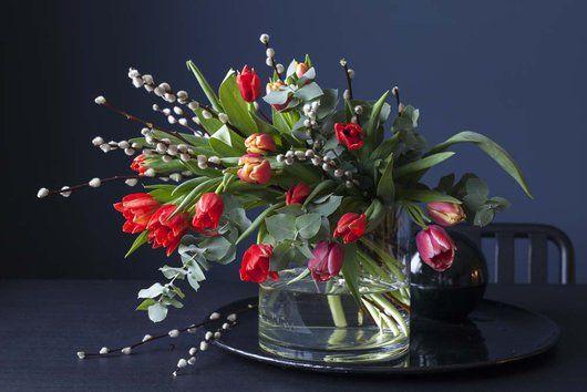 Vårlig bukett med tulipaner, eukalyptus og gåsunger.