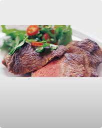 Bøf af tyksteg med salat af bredbladet persille og chili