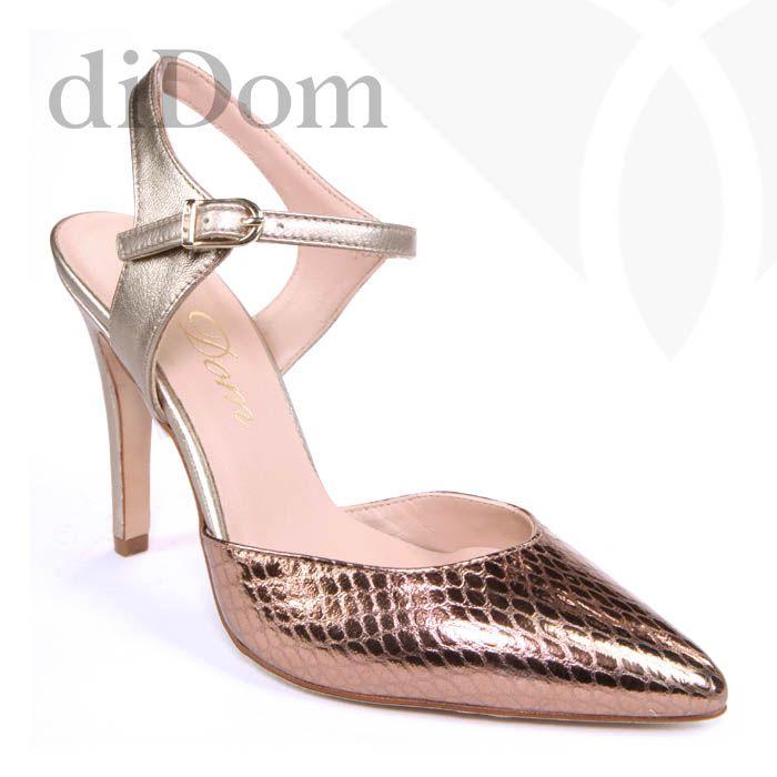 Zapato de salón metalizado en bronce con piel grabada.