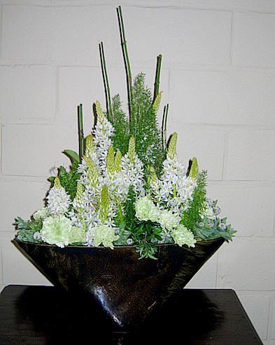 Bloemstuk maken in vorm van vaas met bloemen die lang houden in het steekschuim spiegelen techniek bloemschikken