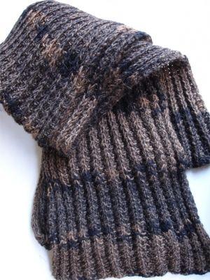 Κασκόλ με ψεύτικο εγγλέζικο λάστιχο. Είναι ένα χοντρό κασκόλ για τις πολύ κρύες μέρες του χειμώνα.