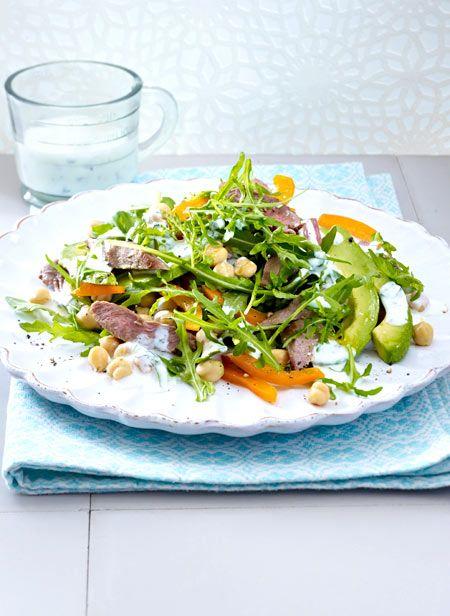 Ein schneller Salat für jeden Tag mit Paprika, Rucola, Kichererbsen und zartem Lammfilet. Unbedingt ausprobieren!