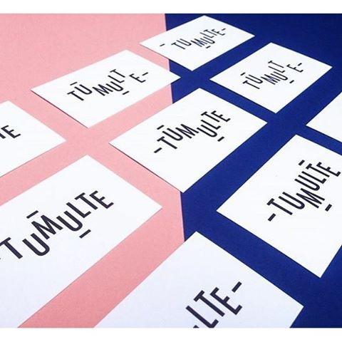 Cartes de visites ~ logo modulable Tumulte #businesscards #cards #papers #print #type #logo #tumulte #lyon #designerlyon #graphistelyon #studiolyon #déclinaison #letters #typo #futura #graphisme #cartesdevisite #hello #colors #blueandpink