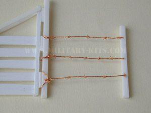 """Réalisation du fil de fer barbelé ; ou autre methode en partant de fin grillage pour garde-manger : A l'aide de ciseaux forts, on découpe ce grillage fil par fil. Le """"barbelé"""" ainsi obtenu est alors mis en forme suivant la demande"""