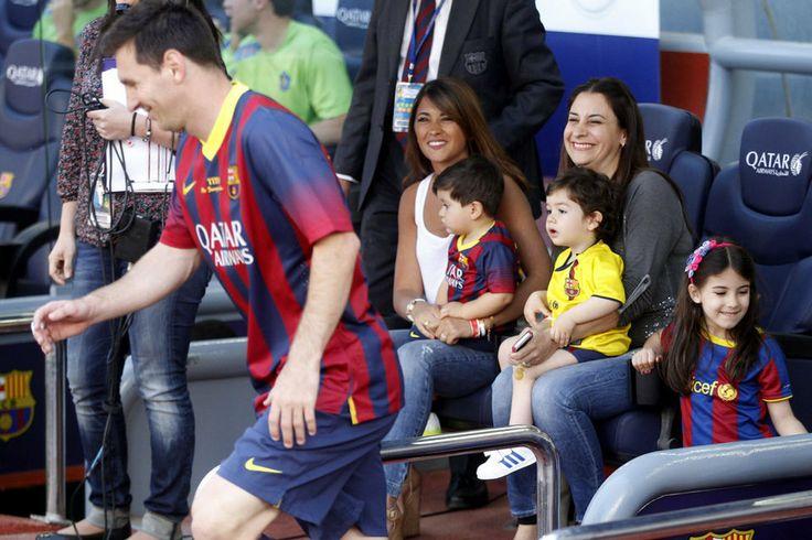 Messi salta al terreno de juego. Al lado, su familia