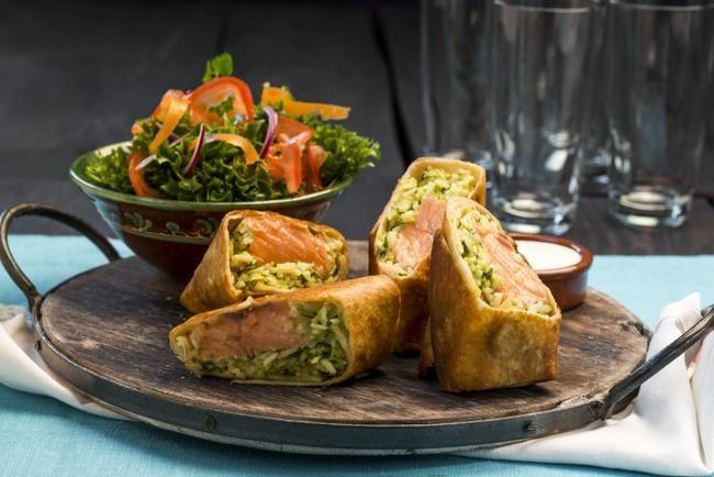 Chimichanga med laks. Server gjerne med en frisk salat og crème fraîche.