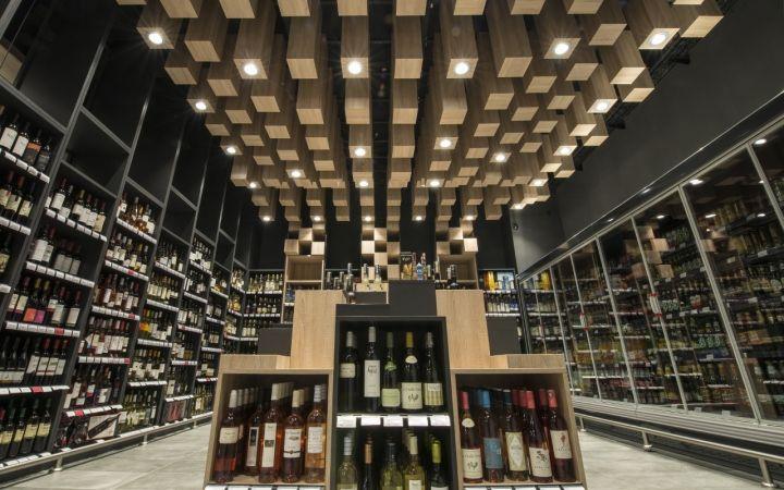 Современный дизайн потолка в интерьере супермаркета