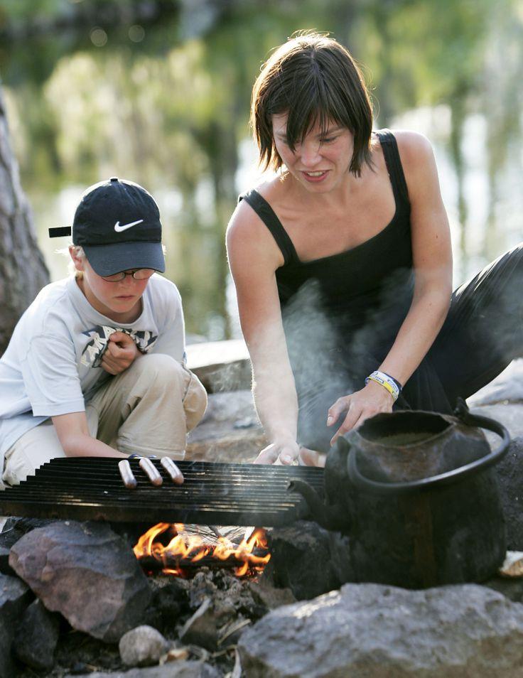 Samen survivallen in Zweden: eten maken op een vuurtje.