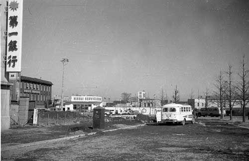 1957年3月  東京・新宿駅西口広場