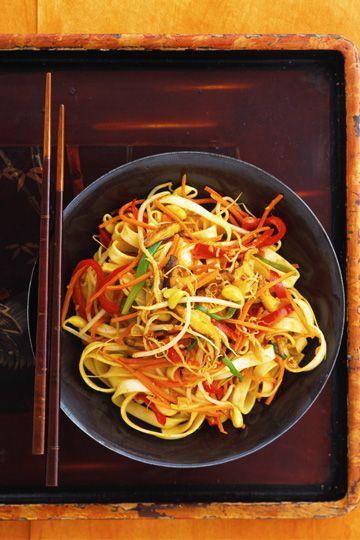 ENSALADA TAILANDESA  Ingredientes para 6 personas: 1 paquete de fideos chinos 1 zanahoria 1/2 calabacín 1/2 pimiento rojo 3 cucharadas de maíz menta fresca lechuga. Para la Vinagreta: 1/2 taza de aceite de sésamo 2 cucharadas de zumo de lima sal y pimienta.