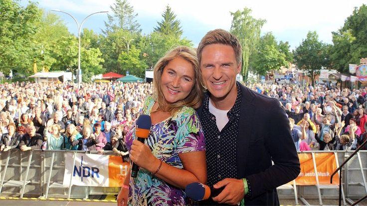 Die NDR-Moderatoren Kerstin Werner und Arne-Torben Voigts auf der Sommertour-Bühne in Walsrode.