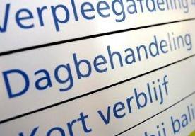 27-Apr-2013 13:27 - 50 FAMILIELEDEN BIJ GEWONDE VROUW. In het Atrium-ziekenhuis in Heerlen wachten zon 50 familieleden van een gewonde vrouw op nieuws over haar toestand. De vrouw werd vannacht zwaargewond binnengebracht. Ze ligt in kritieke toestand in het ziekenhuis. De toedracht is nog onduidelijk. De politie heeft drie mannen aangehouden maar kan nog niet zeggen waarvan ze verdacht worden. Een woordvoerder van het ziekenhuis zegt dat de aanwezigheid van de 50 familieleden goed en...