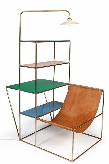 L'esprit du Bauhaus.  Sin duda es espíritu de Bauhaus está en esta hermosa pieza. Funcionalidad: butaca, estantería, escritorio y lámpara todo en uno. De enorme ligereza con su estructura metálica. Llena de color con sus estantes.