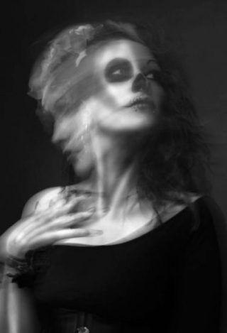 Для чего стоит жить, и стоит ли жить? Я увидела свое тело, лежащее на кровати, но в то же время ощутила себя далеко от него. «Почему я здесь? Куда я лечу? Почему там, внизу, мое тело лежит неподвижно, и глаза закрыты? | http://omkling.com/stoit-li-zhit/