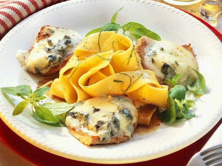 Dieses Blitzrezept macht viel her und ist trotzdem schnell: Kalbsschnitzel mit Gorgonzolahaube und Nudeln   http://eatsmarter.de/rezepte/kalbsschnitzel-mit-gorgonzolahaube-und-nudeln