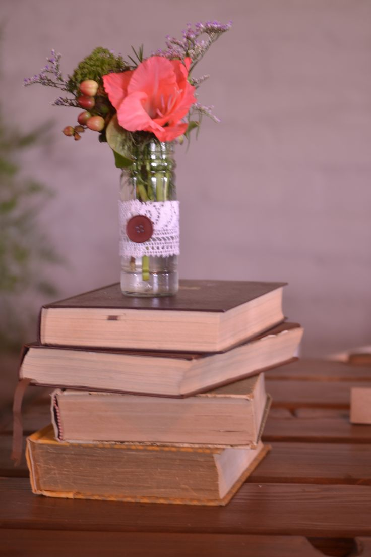 Such a simple yet effective decoration. Ideal for a rustic and/or vintage wedding.