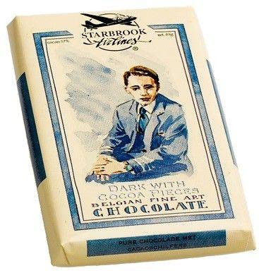 Starbook Airlines Dark with Cocoa Pieces... Μαύρη σοκολάτα 55% κακάο με κομματάκια κακάο. Εντονα αρωματικό κακάο με πολύ νόστιμη γεύση μαύρη σοκολάτα μαζί με αραιά τραγανά καβουρδισμένα κομματάκια κακάο. Ελάχιστα γλυκιά, περιέχει τόση ζάχαρη όσο να μην πικρίζει. Περιέχει βούτυρο κακάο που γίνεται έντονα αισθητό στον ουρανίσκο. Στο τέλος μένουν τα κομματάκια κακάο αφήνοντας μια ανάλαφρη καβουρδιστή γεύση. Από τις νόστιμες μαύρες...