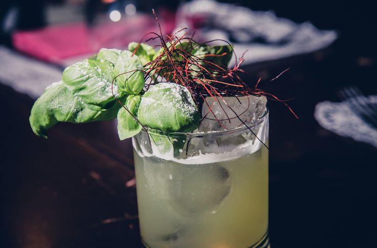 il nostro nuovo cocktail a base di vodka, ananas, basilico, fili di peperoncino, limone e zucchero liquido.