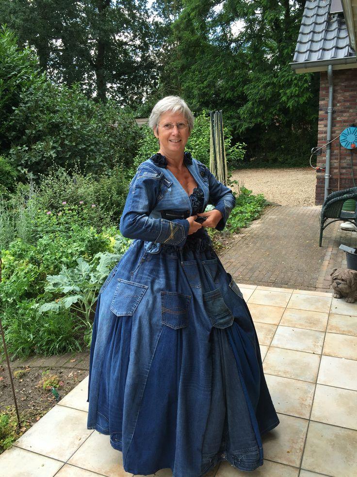 Jeans jurk en jasje, gemaakt van 16 hergebruikte spijkerbroeken.