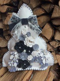 Albero di Natale interamente realizzato a mano, alto 42 cm, con decorazioni di fiori e rami in feltro, perle e fiocco in pizzo e nastro di velluto