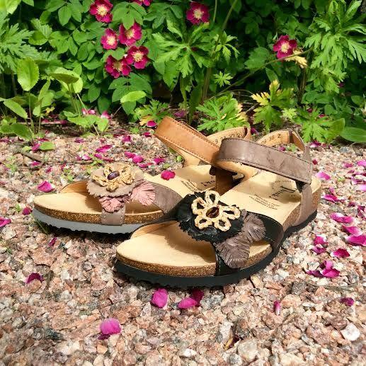 Sandaalit - nuo hellepäivän pelastajat   Jalkineliike Stella Oy  Thinkin kauniit kukkasandaalit ovat nahkaa. Korkkipohja hengittää kuumanakin päivänä :)