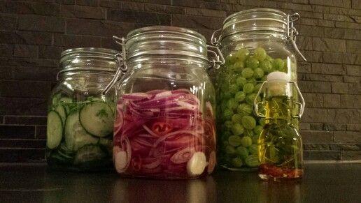 Inlagd gurka, picklad rödlök,  krusbärslikör och en rosmarin olja