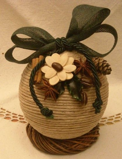 Pallina corda decorata - Bellissima pallina per l'albero di Natale in corda con decorazioni e fiocco