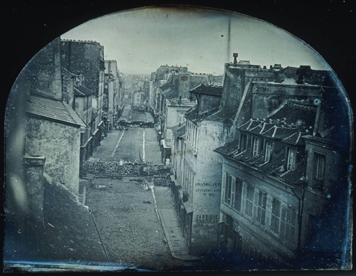 Photo de paris avant haussmann : la Barricade dans la rue Saint-Maur à Paris pendant la révolution de 1848