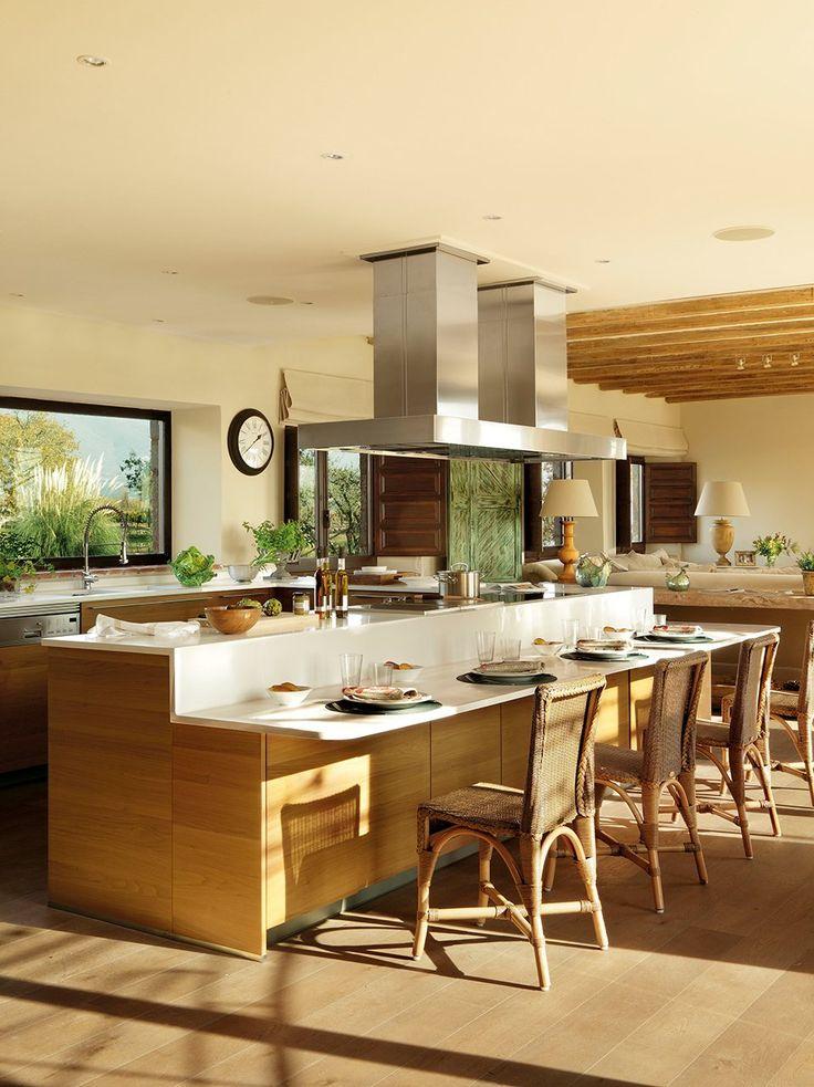 La isla, centro de la cocina  La cocina es un espacio abierto con una gran isla central, que incluye barra y doble campana. Los muebles de S...