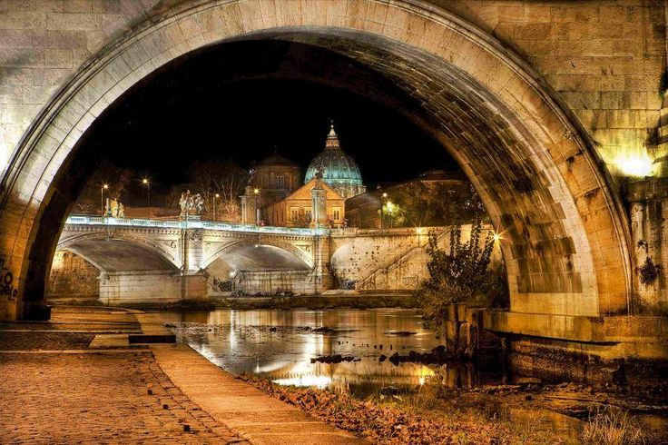 A guided tour of Rome at sunset. Walk around the beautiful piazzas and fountains during the charming sunset time and experience the other side of this attractive city with Tourboks!