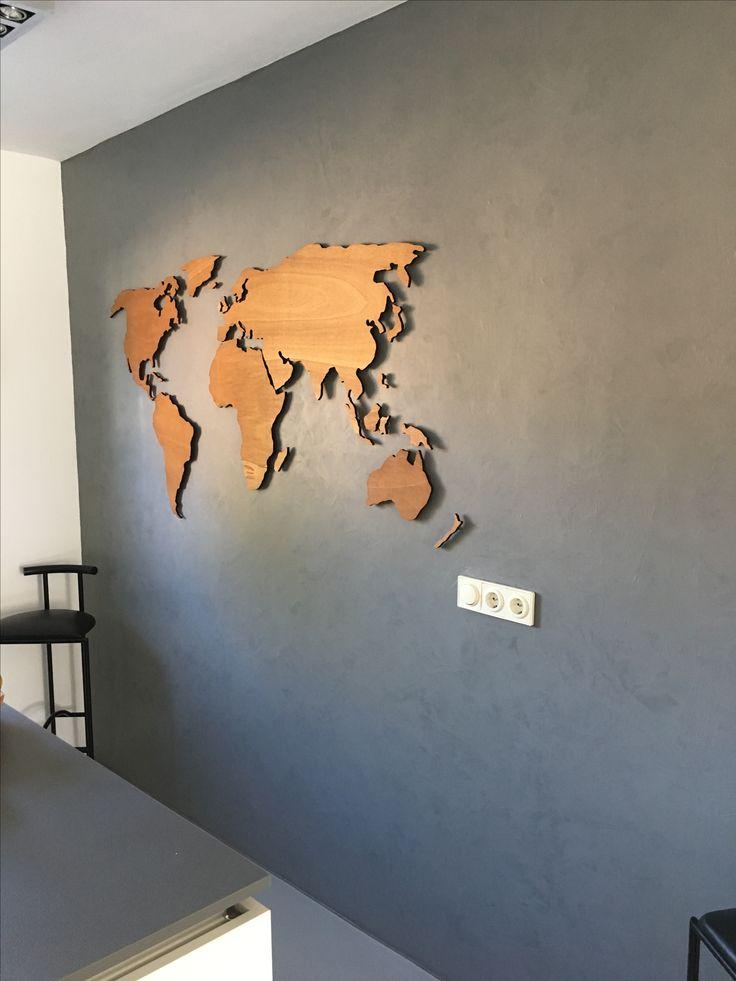 """Voorbeeld van een houten wereldkaart XL, 180 x 90 cm, 9 mm dik en in rustiek eiken gebeitst. Een prachtig contrast in een hele moderne keuken in Duitsland: """"All went well and it looks great on the wall. Thank you so much"""", schreef de eigenaresse."""