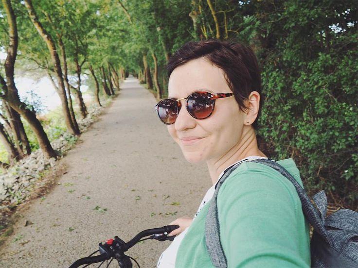 Incroyable mais vrai j'ai fait plusieurs kilomètres à vélo ce matin de #Angers à l'île de Béhuard. Ce fut un peu dur par moment mais je suis super fière de moi Là je suis attablée a un restaurant sur les bords de Loire non loin de Bouchemaine avant de repartir vers Angers à bicyclette   #angersémoi #maineetloire #laloireavelo #france