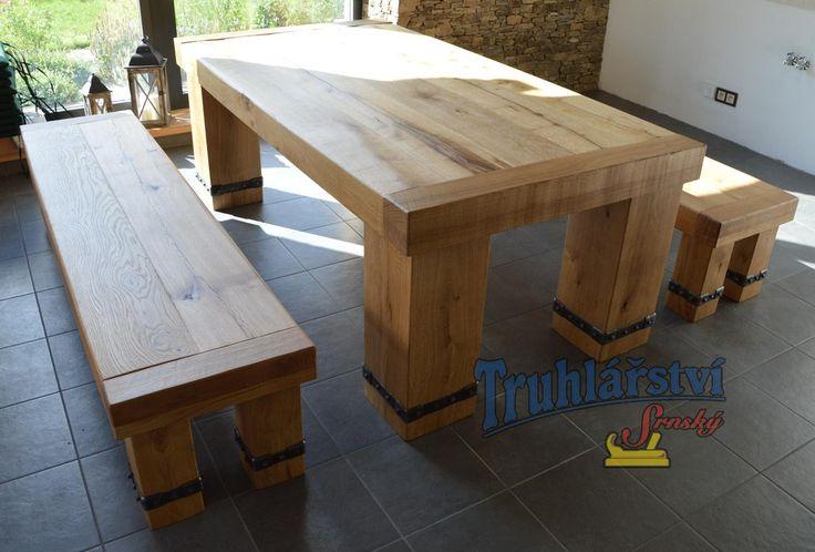 Robustní dubová jídelní sestava, stůl a lavice. Dubový masiv, drásaný, nátěr olejem. Kované třmeny na nohách.