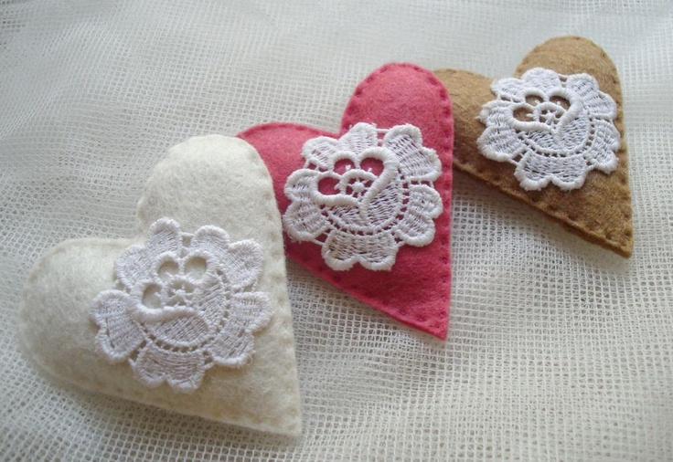 Heart with lace decoration by http://www.breslo.hu/item/BogyoValentin_3075#