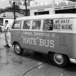 """Joe Scherschel documentó los viajes que el fundador del American Nazi Party hizo en su combi con frases como """"Lincoln Rockwell's Hate Bus"""""""