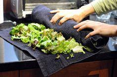 """10 astuces simples pour bannir définitivement le plastique de nos vies : Stockez vos produits dans des serviettes Il est possible d'opter pour un emballage """"serviette"""" pour plusieurs produits frais comme les courgettes, concombres ou encore carottes. Une serviette humide permet de les maintenir frais plus longtemps. Au contraire, pour des salades, il faut les enrouler dans une serviette sèche."""