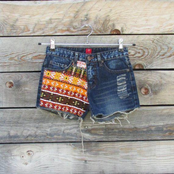 Mini short en jeans hippie bohème, jeans recyclé, empiècements de tissus colorés, motifs ethnique orangés, short festival d'été, Ibiza, goa, Fait main Matériaux : jeans foncé, jeans recyclés, short en jeans, jeans découpé, effet destroy, tissus ethniques, tissus colorés, tissus tribal, mini short, imprimé africain, short en jeans déchiré, Mini shorts bohemian hippie jeans, recycled jeans, yokes colorful fabrics, orange ethnic grounds, summer shorts festival, Ibiza, goa, Handmade