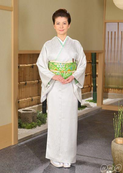 平安時代に生まれ、貴族を中心に好まれた和風のデザインが 有職ゆうそく 文様です。円文、 立涌たてわく 文、 小葵こあおい 文など様々な種類があり、礼装・準礼装の着物に用いられる代表的な文様です。南野さんの着物は「根付きの若松」の地紋がはいった色無地。「小石丸」という日本の蚕の原種から紡いだ光沢ある絹糸です。帯は「七宝文(有職文様)」の袋帯。